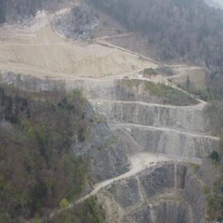 Bereits 2/3 des Steinbruchs liegen in Zone C des Alpenplans, jetzt soll er um zwei Hektar erweitert werden. Foto: Winfried Niebler