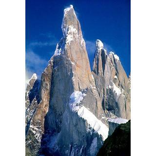 """Der Cerro Torre (3128 m); die Licht-Schatten-Kante ist der Südostgrat, über den Maestri die """"Kompressorroute"""" hinaufnagelte; die Wand der angeblichen Erstbesteigung liegt rechts ums Eck. Foto: Wikimedia/Davide Brighenti"""
