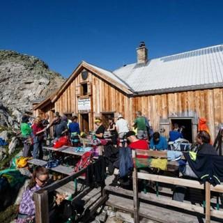 Die sonnige Terrasse nach der Bergtour - das heiß ersehnte Ziel vieler Bergsteiger! Foto: DAV/Marco Kost