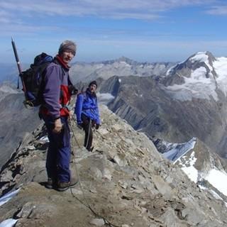 Wanderer vor Alpen-Panorama