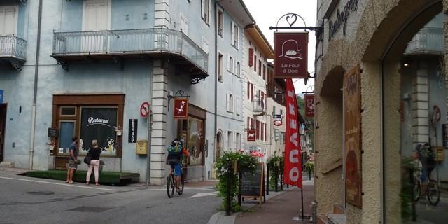 Tag 4: Nach einer langen Abfahrt ins Isère-Tal erreicht man das Städtchen Aime-la-Plagne.