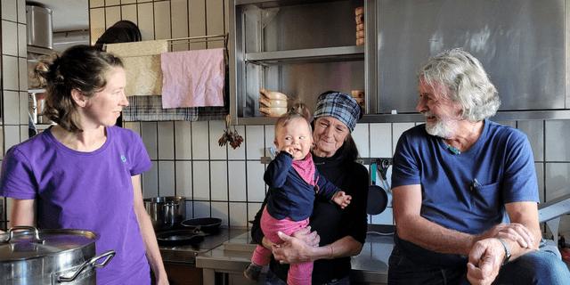 Drei Generationen: Hüttenwirtsleute Wilfried und Sylvia mit Tochter Claudia und Enkeltochter Annalena, Foto: DAV/Robert Kolbitsch