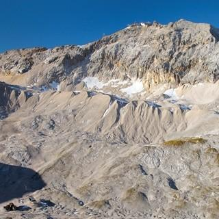 Zugspitzplatt - Das weitläufige Zugspitzplatt ist bei Nebel vorsichtig zu begehen. Die Route von der Knorrhütte führt von rechts auf dem Moränenrücken nach links zur Gipfelflanke. Luftbild Jörg Bodenbender.