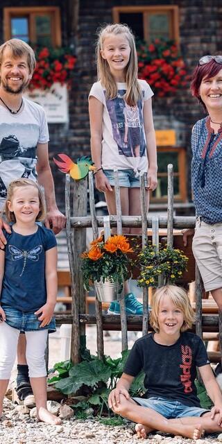 Hüttenwirt Christoph Erd mit Frau Ulli und Kindern Foto: Martin Erd