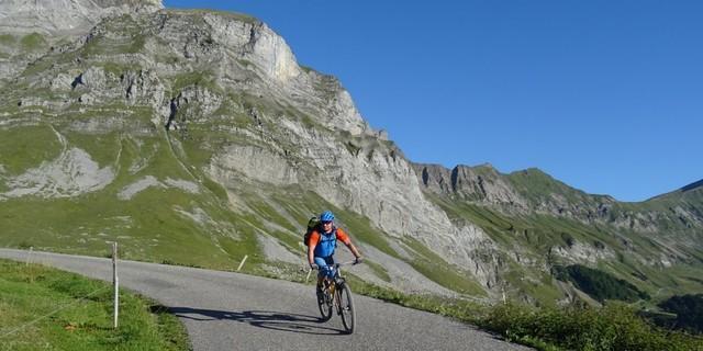 Tag 3: Nur kurz rollt man vom Col d'Arpettaz auf Teer, ehe sich der Singletrail in die Arly-Schlucht stürzt.