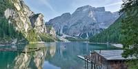 Wunderschönes Naturdenkmal zwischen Bruneck und Toblach in den Pragser Dolomiten: der Pragser Wildsee. Foto: Thorsten Brönner