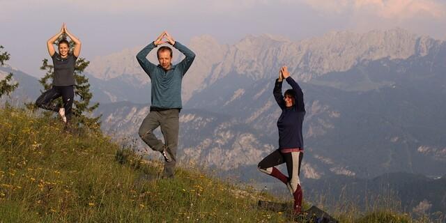 Yoga-Praxis in den Bergen zwischen blühenden Blumen und mit Sonnenuntergang! Was gibt es besseres?! Foto: DAV / Stutzmann.