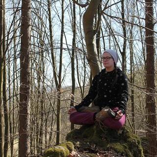 Yoga im Wald, Foto: JDAV/ Bastian Bartel
