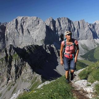 Beim Gipfelanstieg werden gewaltige Blicke auf den Karwendel Hauptkamm frei. Foto M.Pröttel