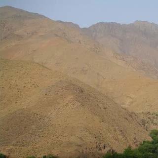 Flusstal - Wo Wasser selten ist: Grüne Flusstäler ziehen in die Wüstenlandschaft des Hohen Atlas.