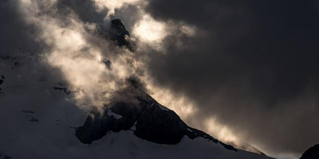 Selbst ein schlichter Dreitausender wie das Schärhorn wird im Wolkenspiel dramatisch. Foto: Ralf Gantzhorn