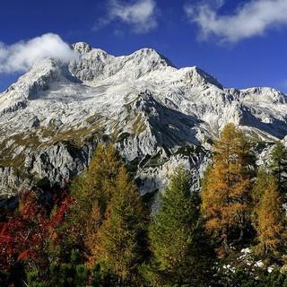 Der herbstliche Wald im Triglav Nationalpark umgibt den imposanten Gipfel. Foto: Servus TV/PreTV/Ales Zdesar