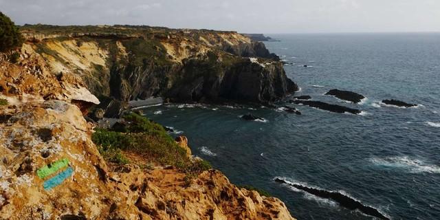 Südlich von Almograve erheben sich die Klippen bis zu 100 Meter über dem Ozean, Foto: Jonas Kassner