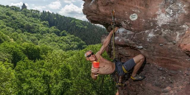 """Flüssiger Trost für die NRW-Kletter-Situation: Frieder Lange in """"Campari Papa"""" (VIII/+) an der Hirtzley (Eifel). Foto: Mathias Weck"""