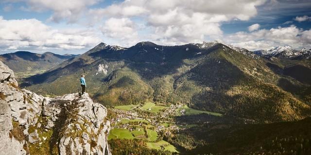 Blick vom Leonhardstein auf Kreuth. Foto: U. Golling