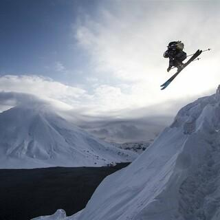 Matthias Haunholder beim Skifahren auf Onekotan. Foto: Red Bull Content Pool/Jonas Blum