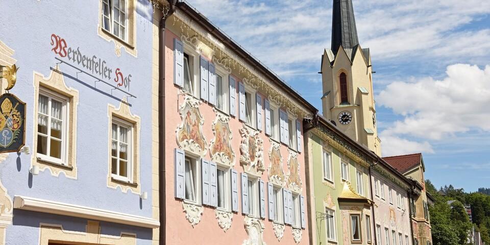 In Partenkirchen begeistern uns die prunkvollen Häuser, der Trubel lässt uns dennoch schnell weiterfahren. Foto: Thorsten Brönner