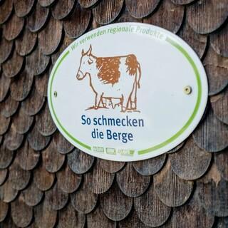 """An der """"So schmecken die Berge"""" Plakette erkennt man Alpenverenshütten, die besonders auf Regionalität und Saisonalität achten. Foto: DAV/Hans Herbig"""