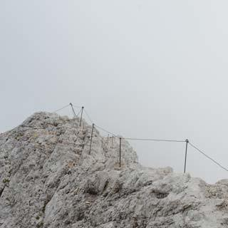 Gipfelgrat am Triglav - Stachelschwein: Einen respektlosen Spitznamen brachte das Geländer dem Gipfelgrat.