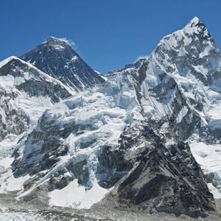 Mount Everst (links) und Nuptse, Foto: DAV Summit Club