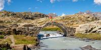Wasser prägt die Vanoise wie jedes Urgesteinsgebirge: Römerbrücke im Cirque des Evettes. Foto: Iris Kürschner