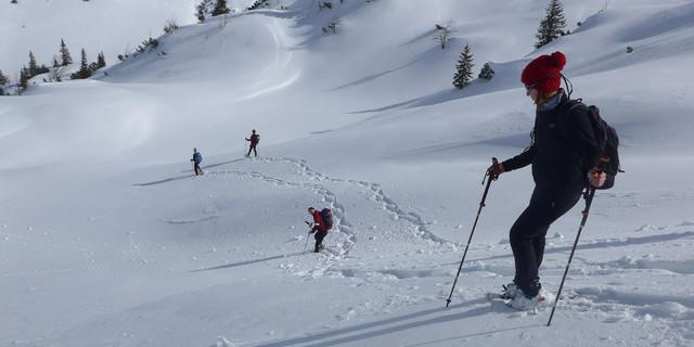 Den Abstieg vom Lumberger Grat geht jeder in seiner eigenen Spur..... Foto: Thomas Krobbach