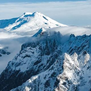 Februar: Blick vom Hochlager am Ushba zum höchsten Berg Europas, dem Elbrus (5642 m). Foto: Thomas Senf