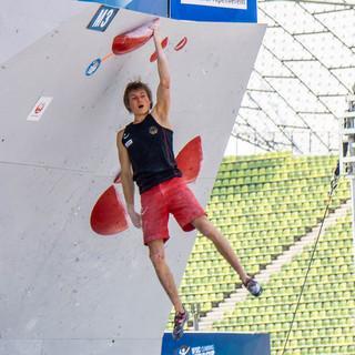 Für die Kletterstars weltweit beginnt bald die Wettkampfsaison. Hier: Alex Megos beim Boulderwelctup München 2019. Foto: DAV/Vertical Axis