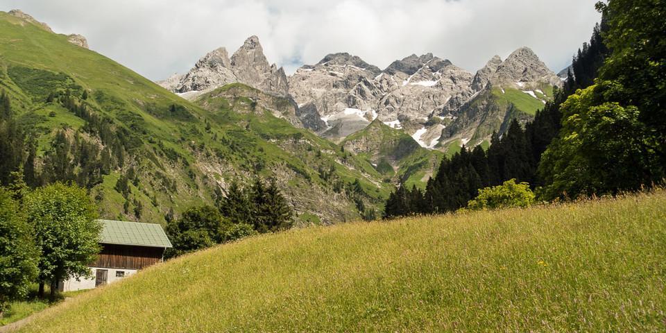 Einödsbach/Allgäu und das bis zu 2649 Meter hohe Dreigestirn aus Hochfrottspitze, Mädelgabel und Trettachspitze tauchen auf. Foto: Christof Herrmann