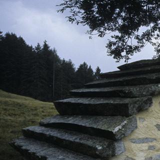 Im Valcamonica - 1. Etappe: Nur noch selten kann man im Valcamonica die traditionell mit Tonalit gedeckten Häuser sehen, ein schön restauriertes Beispiel steht unmittelbar an der ersten Etappe des Adamello-Höhenwegs.