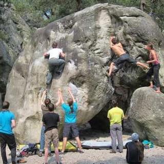 Die Spotter haben die beiden gerade aktiven Boulderer konzentriert im Blick. Foto: Johannes Altner