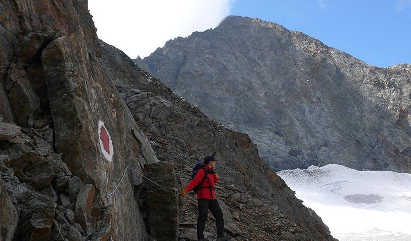 Hornkees - Hoch über dem Hornkees führt der Weg durch steile Felsen von der Hornscharte hinunter.