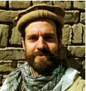 """Kurz-Portrait -     Highlights   2011:  Pakistan/Karakorum, Koh-e Brobar, Erstbesteigung, 6.008m  2012:  Afghanistan/Kleiner Pamir, Koh-e Elgha Eli IV, Erstbesteigung, 5.725m  2013:  Pakistan/Karakorum, Koh-e Gulistan, Erstbesteigung, 6.224m  (Ich habe den Gipfel nicht erreicht, meine Teamkollegen schon.)    Was machst Du für eine Ausbildung/Beruf/Studium?  Ich habe Betriebswirtschaft studiert und arbeite in der Immobilienverwaltung – da sind solche Touren immer ein schöner Ausgleich.    Was sagen Deine Eltern/Familie/Partner/Freunde zu Deinem Bergsport? Gibt es Kritik oder Bedenken?  Für Eltern und Familie ist sowas natürlich nicht immer einfach und dank einseitiger medialer Berichterstattung kann ich die Friedlichkeit in den Zielgebieten kaum glaubhaft erklären: """"Warum Afghanistan? Da ist doch Krieg"""" – """"Schon wieder Pakistan? Da wurden doch gerade Bergsteiger umgebracht!"""". Aber die wissen, dass ich kein Hasardeur bin und solche Touren mit Bedacht plane. Durch vorherige Reisen hat man sich meist schon eine lokale Infrastruktur aufgebaut. Meine Freundin sagt dazu gar nichts mehr, die hat mich gerade nach der letzten Tour verlassen – ein gemeinsamer Strandurlaub wäre sicherlich beziehungsförderlicher gewesen, anstatt den Jahresurlaub im Karakorum zu verbringen. Vielleicht bin ich beim nächsten Mal schlauer? Bei meinen Freunden ist es gespalten, die einen kommen einfach mit auf Tour und andere halten mich für verrückt. Beides kann ich gut verstehen.    Welche Hobbys / Interessen hast Du?  Vieles dreht sich da um das Reisen und die Berge. Als Hobby fotografiere und filme ich leidenschaftlich gerne. Lese alles was ich über die Zielgebiete in die Finger bekommen kann. Ansonsten das Übliche: Sport, Lesen, Freunde treffen, bei einem Glas Tee entspannen…    Wie finanzierst Du Dich?  Bei unserer diesjährigen Karakorum Expedition konnten wir auf die tatkräftige Unterstützung durch den DAV zurück greifen. Das erleichtert einem eine solche Tour natürlich ungemein. An dieser Ste"""