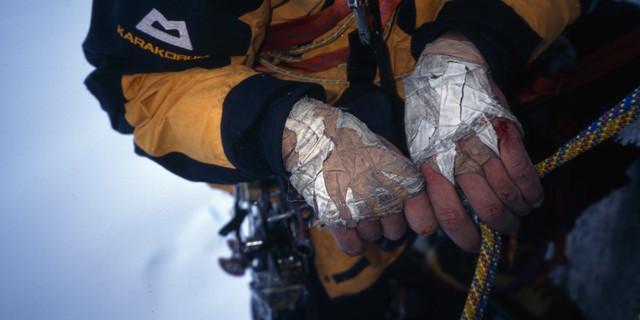 Hände von Peter Janschek beim Abseilen im Sturm am Fitz Roy. Foto: Heinz Zak