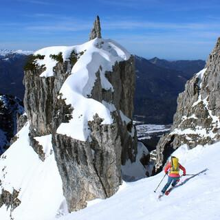 In nordseitigen Rinnen und Karen wie hier an der Schöttelkarspitze liegt noch genug Schnee zum Skifahren. Foto: DAV/Pröttel