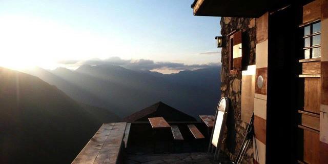Terrasse mit Sonnenaufgang: Erlanger Hütte in den Ötztaler Alpen, Foto: Archiv DAV