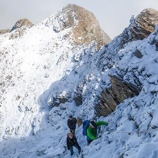 Neuschnee in der Nordflanke – ein Fixseil hilft beim Aufstieg zum Gipfel. Foto: DAV/Bernd Jung