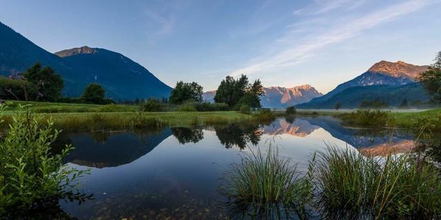 Spiegelung vom Zugspitzmassiv und Wetterstein an einer Lache nahe Farchant, Foto: Wolfgang Ehn