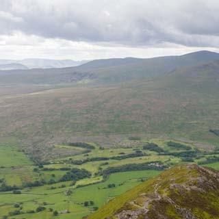 Bewölkte Aussichten - <p>Abstieg vom Blencathra (868 m) über die Hall's Fell Ridge – hoch über dem weiten Tal des River Glendermackin</p>