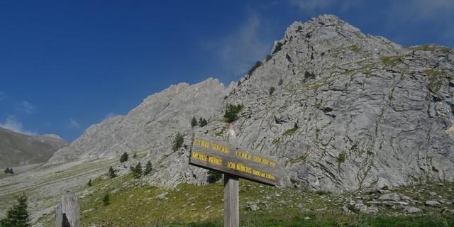 Tag 11: Ein Wegweiser erinnert an nahende Torturen: Schieben und Tragen im Aufstieg zum Colle Serour.