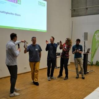 Nachhaltigkeits-Slam - Raoul Taschinski, Anna Rodewald, Fabian Nendza und Andi Dick (v.r.) mit Moderator Philipp Potthast (Foto: DAV)