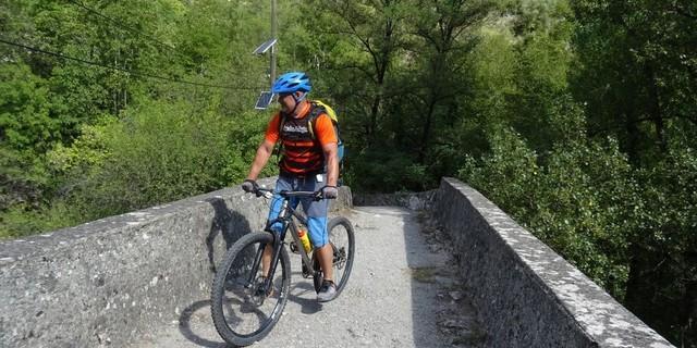 Tag 14: Der fahrtechnisch einfachste Streckenteil dieser Etappe sind die 30 flachen Meter der alten Steinbrücke über die Vésubie-Schlucht.