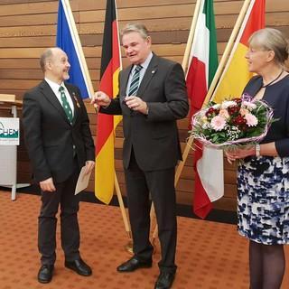 Kalle Kubatschka (links) bei der Verleihung des Bundesverdienstkreuzes, Foto: Oswald Palsa