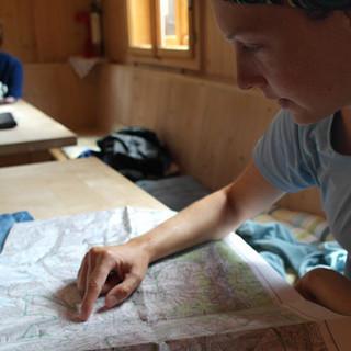 Tourenplanung in der Johannishütte, Foto: Jonas Kassner