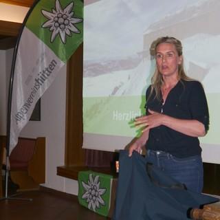 Hüttenwirtin Anita Kraisser stellt BugBag vor, Foto: DAV