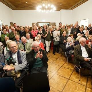 Besucher bei der Eröffnung im Festsaal des Alpinen Museums. Foto Marco Kost