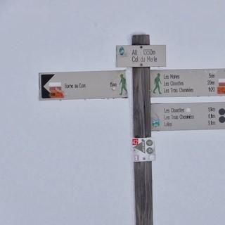 Am Col du Merle - Schilderbaum am Col du Merle in 1350 Metern Höhe. Die höchste Stelle ist erreicht. Von hier aus hat man an schönen Tagen einen Fernblick bis in die Alpen.