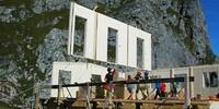 Bad Kissinger Hütte - Anbau - Die Wände des Holzanbaus werden geliefert.