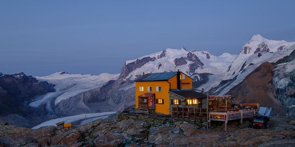 Umgegeben von Viertausendern: die Gandegghütte. Foto: Iris Kürschner/powerpress