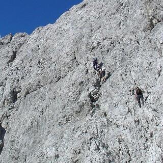 Gipfelflanke - Ein durchgehendes Drahtseil führt durch die Gipfelflanke. Vorsicht bei Altschnee!